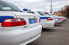 La policía rusa patrulla los vehículos parqueados en el cuadrado de Kuibyshev adentro Imágenes de archivo libres de regalías