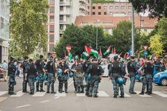 La policía sigue a la gente que protesta contra el bombardeo de la Franja de Gaza en Milán, Italia Fotos de archivo libres de regalías