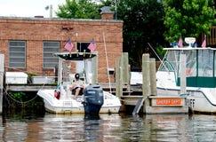 La policía sirve en un barco imagenes de archivo