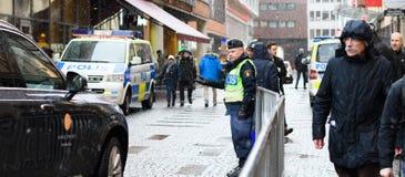 La policía sueca dejó un coche pasar hacia fuera del concierto Hal de Estocolmo Imagenes de archivo
