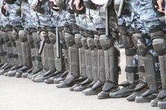 La policía uniforma el cordón de las filas Fotografía de archivo libre de regalías
