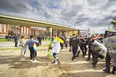 La polic?a protege anti-LGBT contra ataques mutuos foto de archivo
