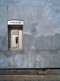 La policía llama por teléfono Fotos de archivo libres de regalías