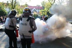 La police a éteint le feu image libre de droits
