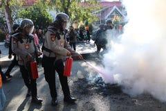 La police a éteint le feu images libres de droits