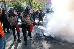 La police a éteint le feu images stock