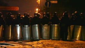 La police anti-émeute à la rue de Hrushevskogo à Kiev banque de vidéos