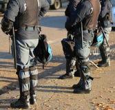 La police anti-émeute avec des casques avant une partie de football Photographie stock