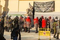 La police anti-émeute avec leur bouclier, couverture de prise pendant un rassemblement devant l'université d'Athènes Photographie stock libre de droits