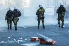 La police anti-émeute avec leur bouclier, couverture de prise pendant un rassemblement devant l'université d'Athènes Images stock