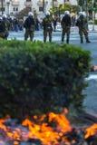 La police anti-émeute avec leur bouclier, couverture de prise pendant un rassemblement devant l'université d'Athènes Image stock