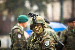 La police anti-émeute avec leur bouclier, couverture de prise pendant un rassemblement devant l'université d'Athènes Photographie stock