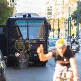La police anti-émeute avec leur bouclier, couverture de prise pendant un rassemblement devant l'université d'Athènes Image libre de droits