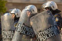 La police anti-émeute avec leur bouclier, couverture de prise pendant un rassemblement devant l'université d'Athènes Photos libres de droits