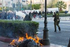 La police anti-émeute avec leur bouclier, couverture de prise pendant un rassemblement devant l'université d'Athènes Photo libre de droits