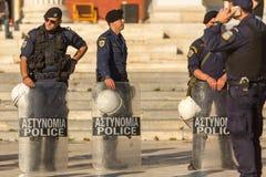 La police anti-émeute avec leur bouclier, couverture de prise pendant un rassemblement devant l'université d'Athènes Photo stock