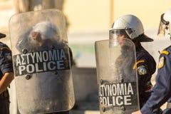 La police anti-émeute avec leur bouclier, couverture de prise pendant un rassemblement devant l'université d'Athènes Images libres de droits
