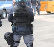 La police anti-émeute commandent et gilet à l'épreuve des balles pendant une protestation Photographie stock libre de droits