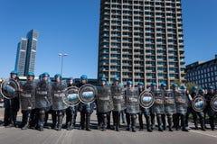 La police anti-émeute confronte des protestataires à Milan, Italie Image stock