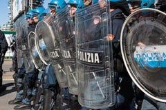 La police anti-émeute confronte des protestataires à Milan, Italie Photographie stock libre de droits