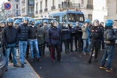 La police anti-émeute confronte des protestataires à Milan, Italie Photos libres de droits