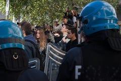 La police anti-émeute confronte des protestataires à Milan, Italie Images libres de droits