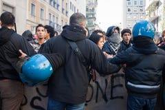 La police anti-émeute confronte des protestataires à Milan, Italie Photo libre de droits