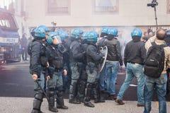 La police anti-émeute confronte des protestataires à Milan, Italie Images stock