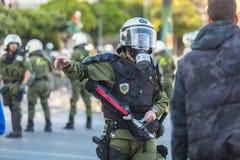 La police anti-émeute, couverture de prise pendant un rassemblement devant l'université d'Athènes Photographie stock