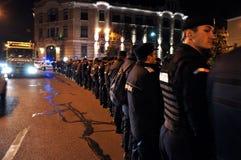 La police anti-émeute dans l'alerte contre les protestataires anti-gouvernement Images libres de droits