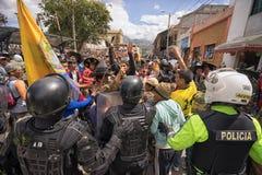 La police anti-émeute en Equateur faisant face à la foule Images stock