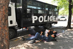 La police anti-émeute se reposent à la Chambre de gouvernement Photo libre de droits