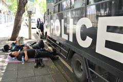 La police anti-émeute se reposent à la Chambre de gouvernement Photo stock
