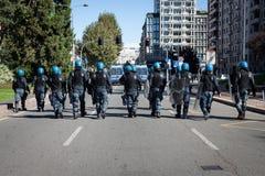 La police anti-émeute suit des protestataires à Milan, Italie Photographie stock libre de droits