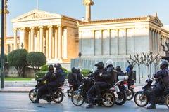 La police anti-émeute sur des motos pendant un rassemblement devant l'université d'Athènes Photo libre de droits