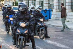 La police anti-émeute sur des motos pendant un rassemblement devant l'université d'Athènes Images libres de droits