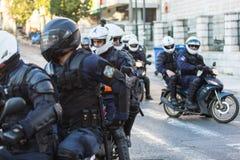 La police anti-émeute sur des motos pendant un rassemblement devant l'université d'Athènes, Photographie stock libre de droits