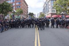 La police anti-émeute sur Fifth Avenue à San Diego Image stock