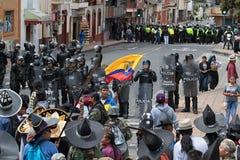 La police anti-émeute sur la rue en Equateur faisant face à la foule chez Inti Raymi Photographie stock