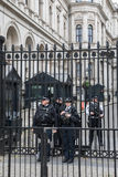 La police armée garde 10 Downing Street Photo stock