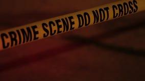 La police attache du ruban adhésif dans un hd d'allée banque de vidéos
