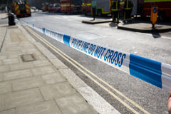 La police attache du ruban adhésif en parc de Belsize Images stock
