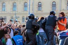 La police d'émeute arrête des protestataires à Moscou Photos stock