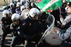 La police d'émeute espagnole s'oppose avec des protestateurs Photos stock