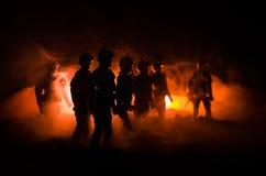 la police d'Anti-émeute donne le signal pour être prête Concept de puissance de gouvernement Police dans l'action Fumée sur un fo Photographie stock