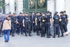 La police dans le tenue anti-émeute attend des ordres pendant une protestation Image libre de droits