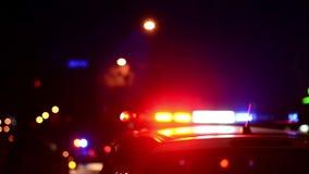 La police de la circulation commande des travaux sur la rue Policier au travail Éclair de lumières de secours de police la nuit l banque de vidéos