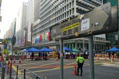 La police de Hong Kong se tient sur la jonction de Nathan Road au monito Photo libre de droits