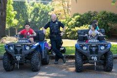 La police dipasse aux jeunes garçons images stock