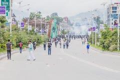 La police du Népal met le feu au gaz lacrymogène pendant l'org de rassemblement portestProtest image libre de droits